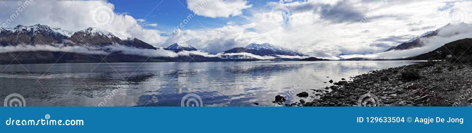 Panorama do lago Wakatipu na movimentação cênico de Glenorchy, Nova Zelândia