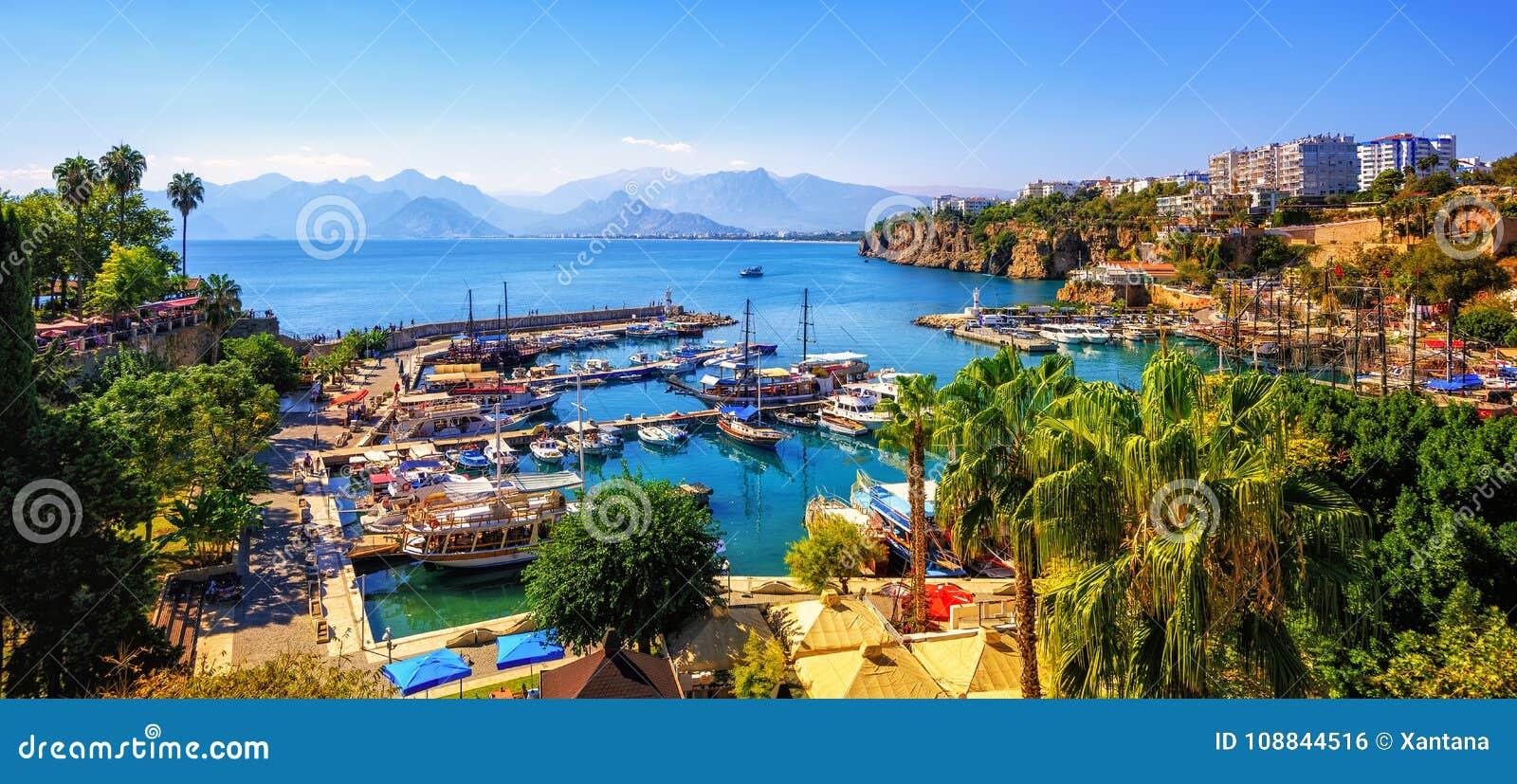 Panorama do porto velho da cidade de Antalya, Turquia