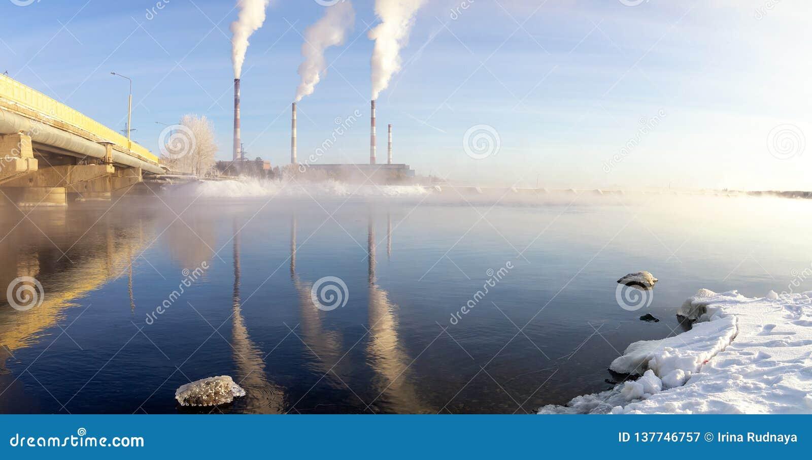 Panorama do reservatório de Reftinsky com central elétrica, Rússia, Ural