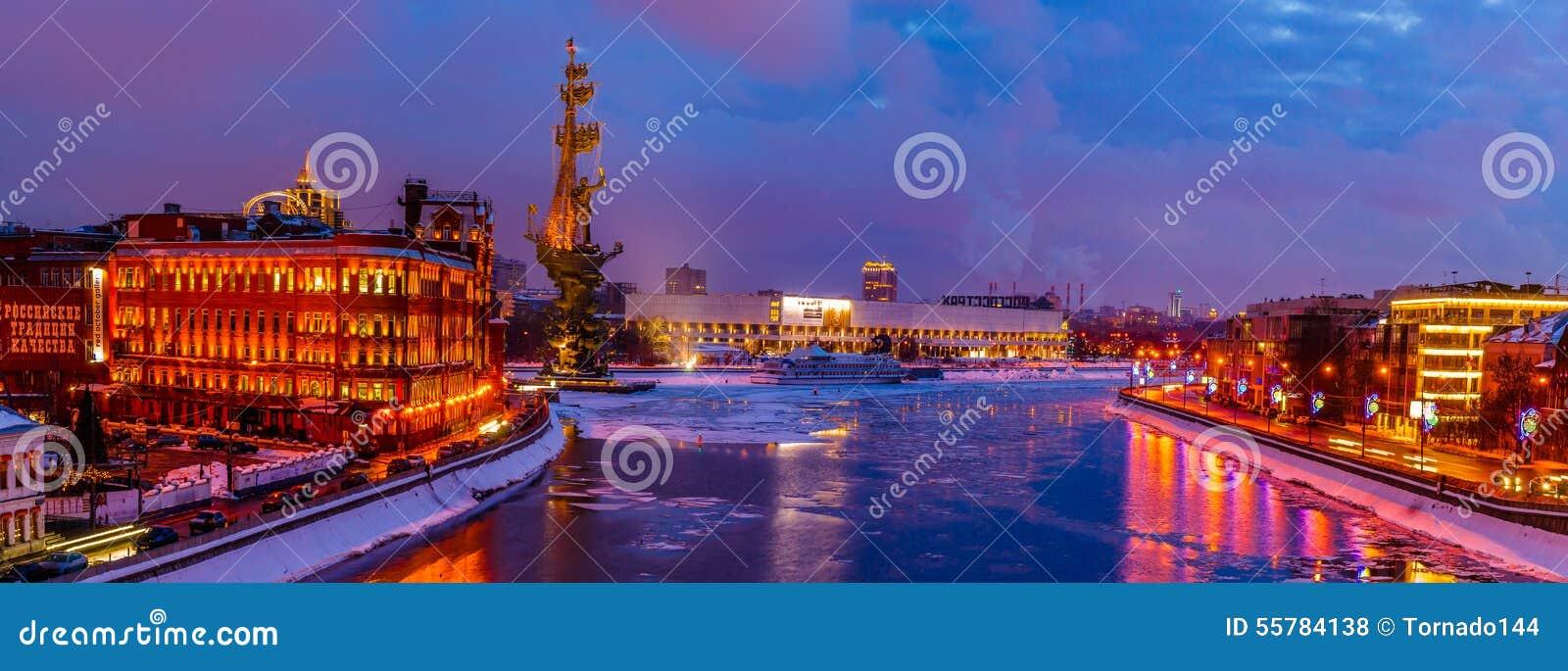 Panorama do rio de Moscou no inverno