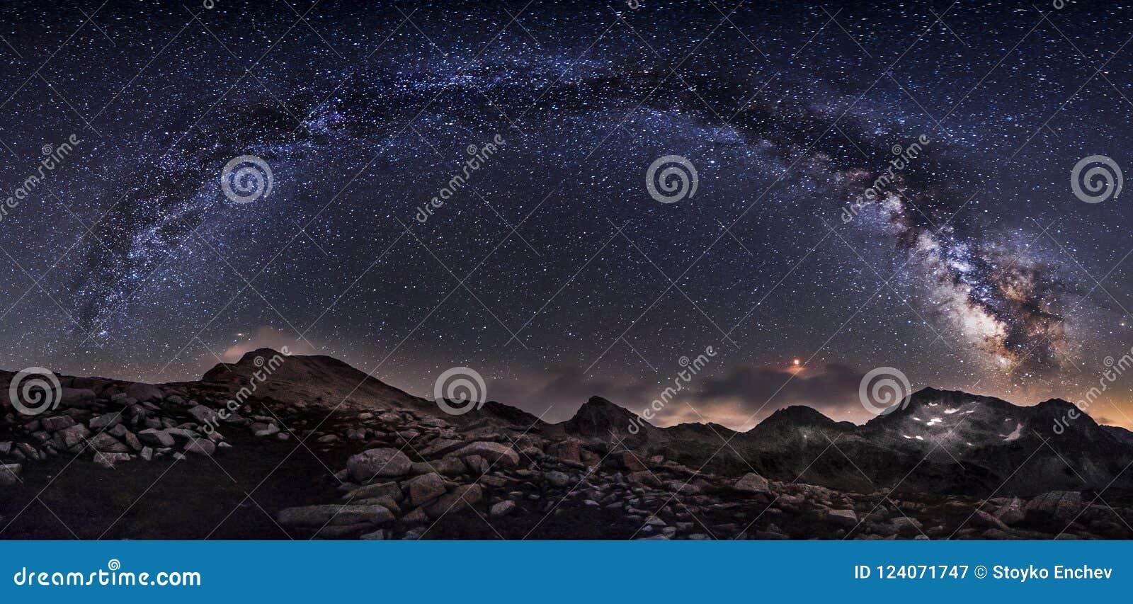 Panorama dos picos da galáxia e de montanha da Via Látea