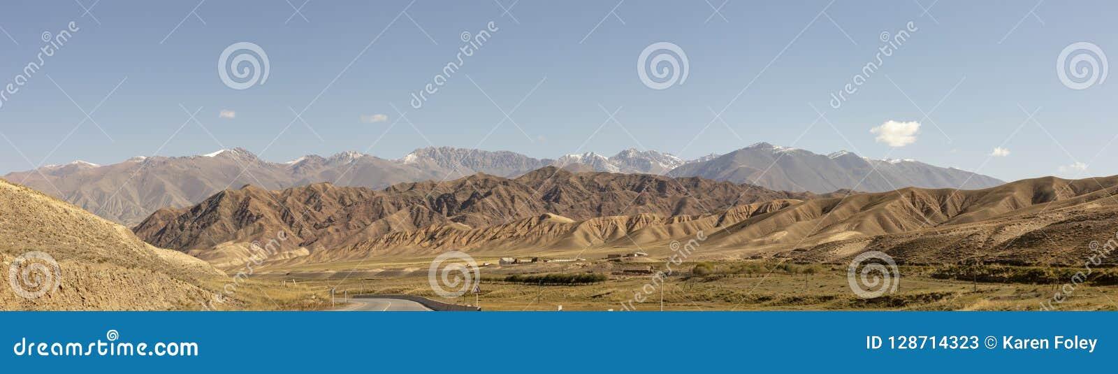Panorama droga przez Chu Rzecznego Dolinnego wąwozu w wiejskim Kyrgyzs