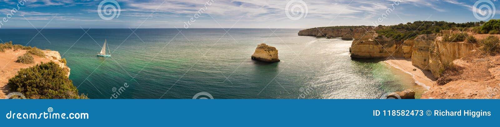 Panorama du littoral d Algarve au Portugal avec un bateau à voile se déplaçant vers la plage de Marinha