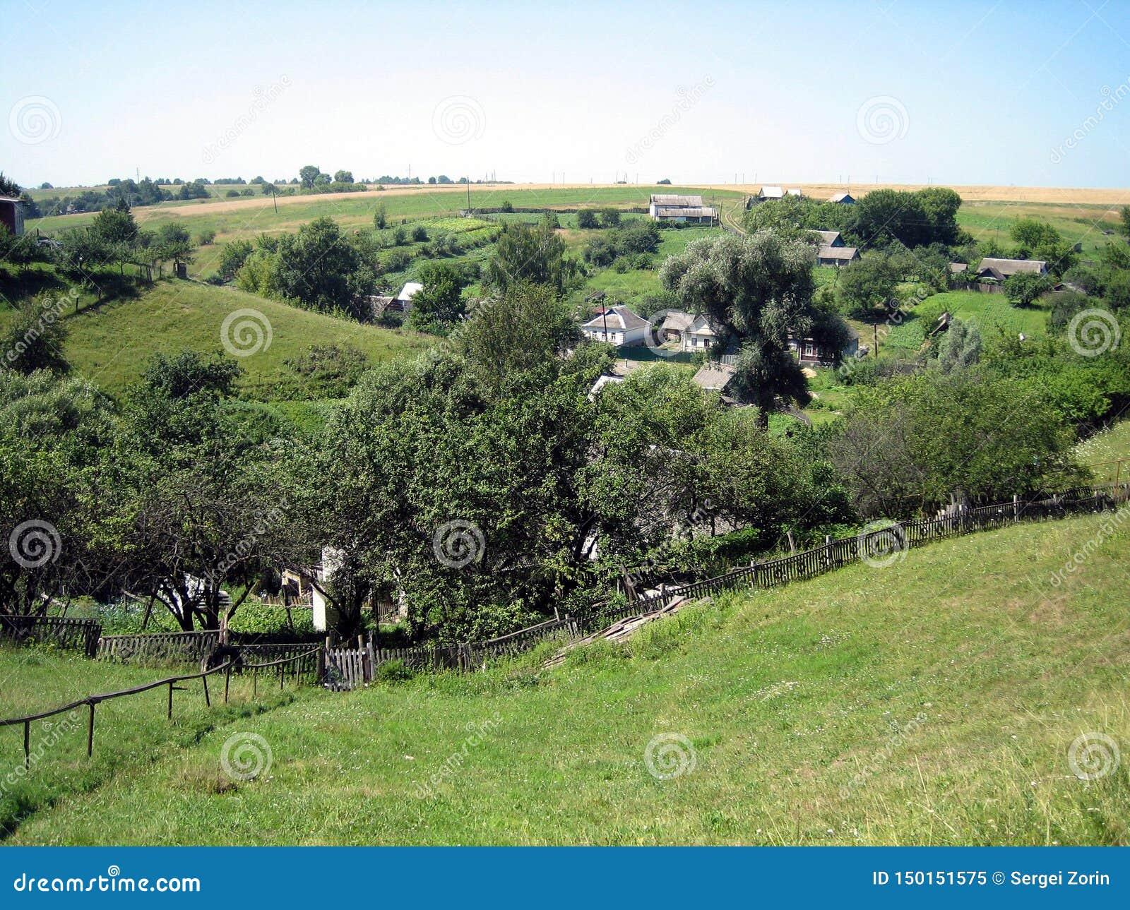 Panorama du village sur les collines avec les jardins, vergers, avec la verdure luxuriante un jour ensoleillé clair