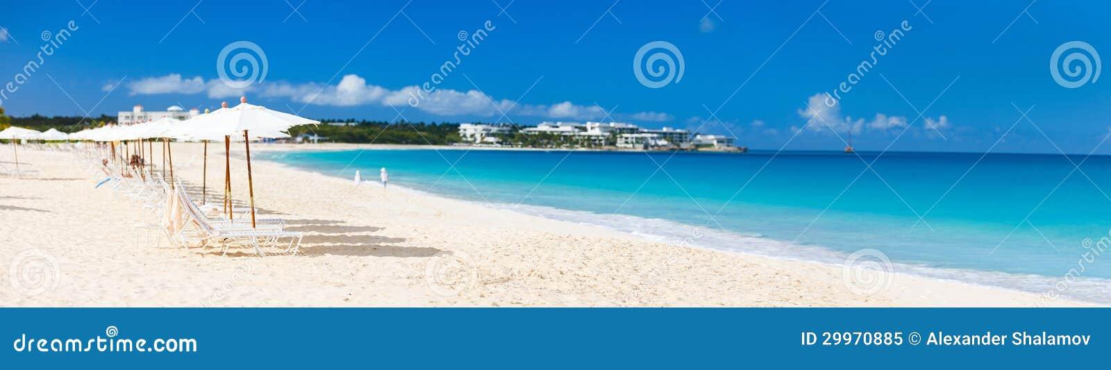 Panorama eines schönen karibischen Strandes