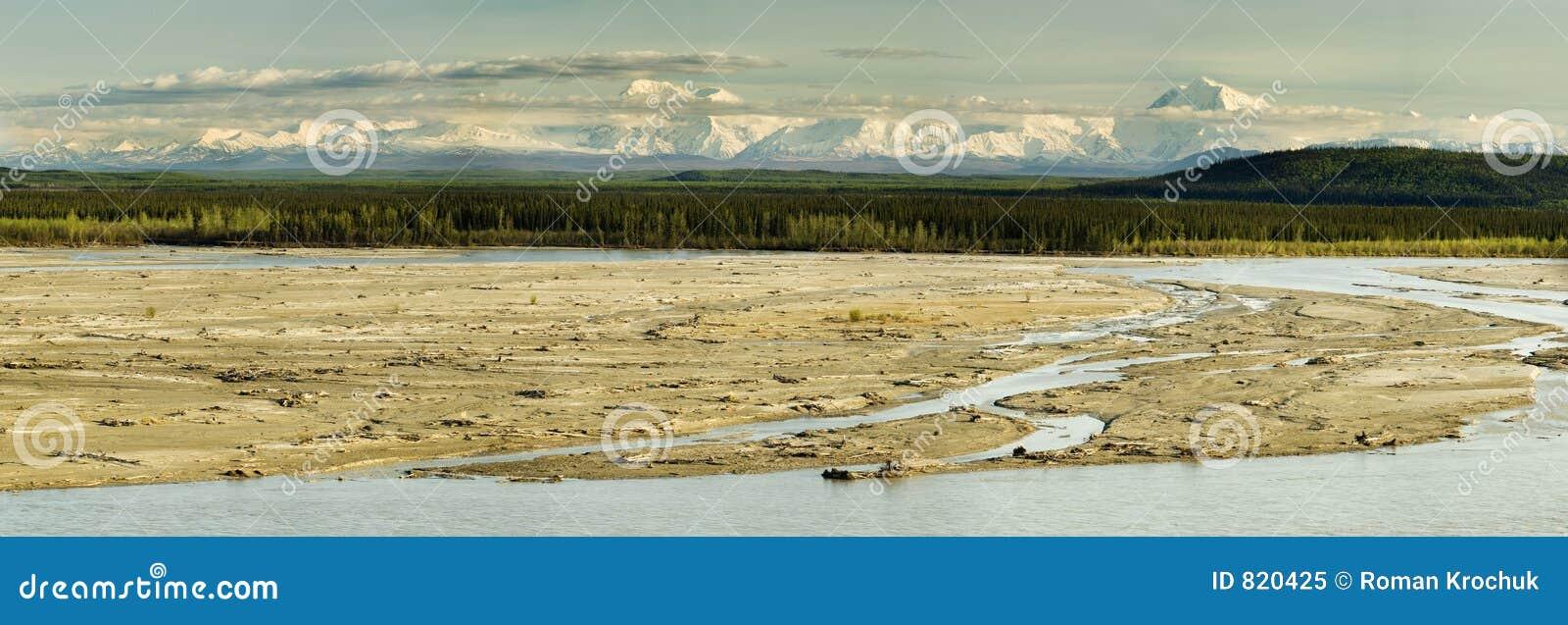 Panorama ensolarado do Alaskan da noite