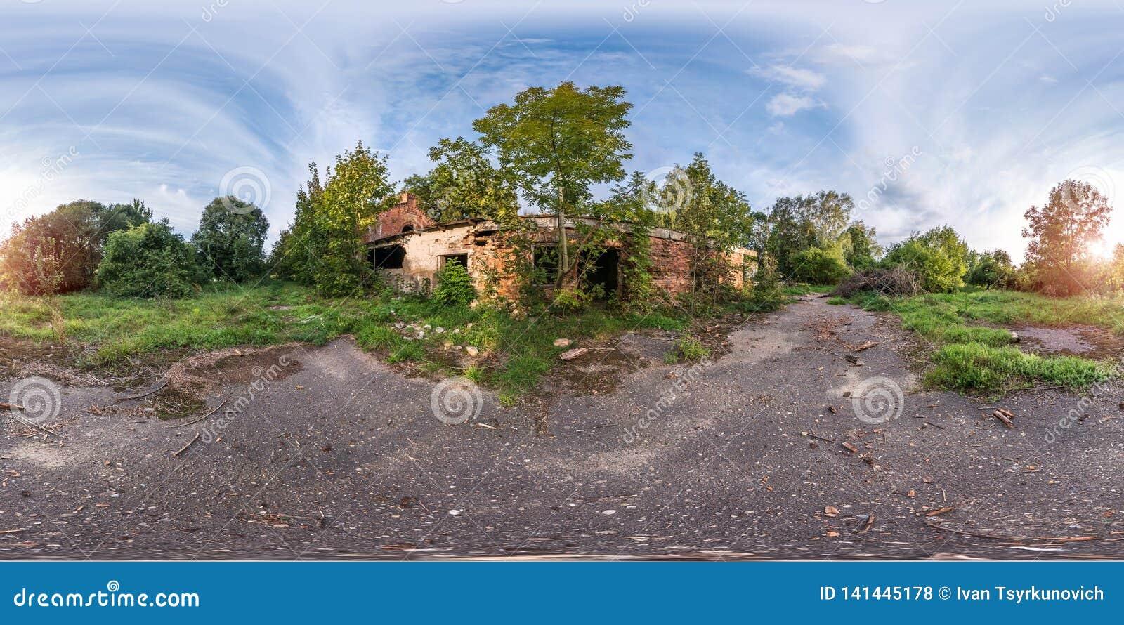 Panorama esférico inconsútil completo 360 grados de opinión de ángulo cerca del edificio agrícola arruinado abandonado piedra en
