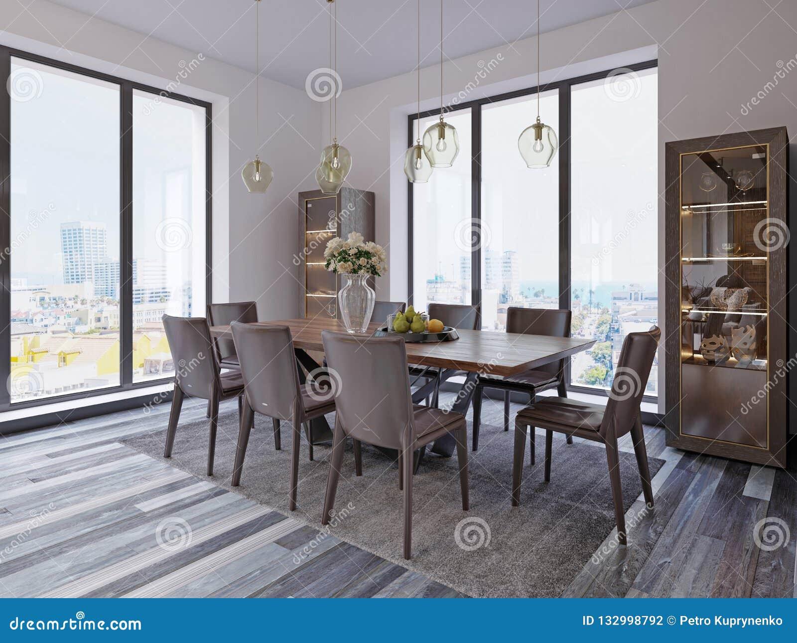 Panorama- fönster i lyxig matsal med trätabellen och piskar stolar bredvid ställer ut och märkes- hängande lampor