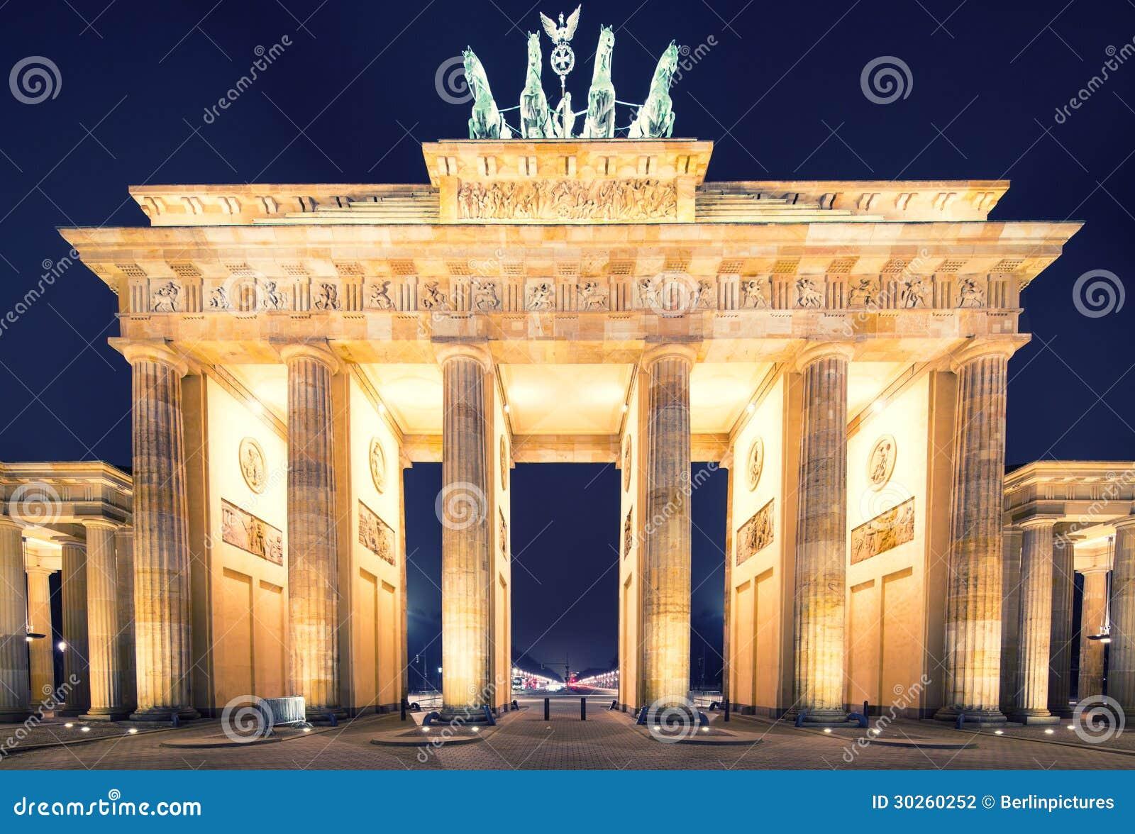 Panorama för Brandenburger Tor (Brandenburg utfärda utegångsförbud för), berömd landmark i Berlin Tysklandnatt