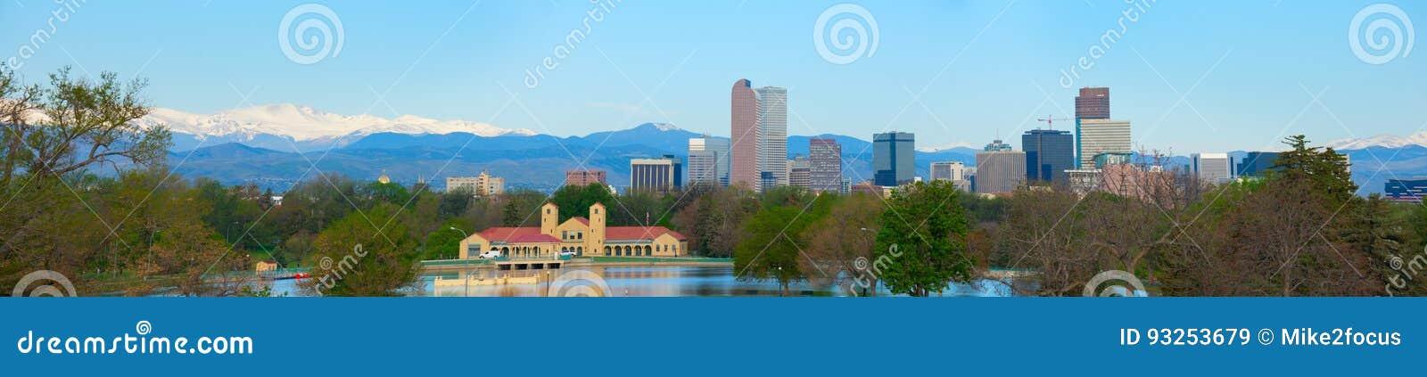 Panorama för extremt stort format av i stadens centrum Denver horisont och Rocky Mountains
