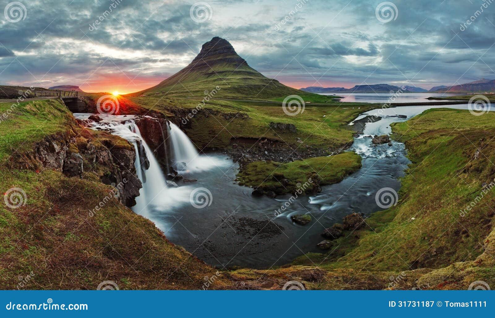 Panorama för Island landskapvår på solnedgången