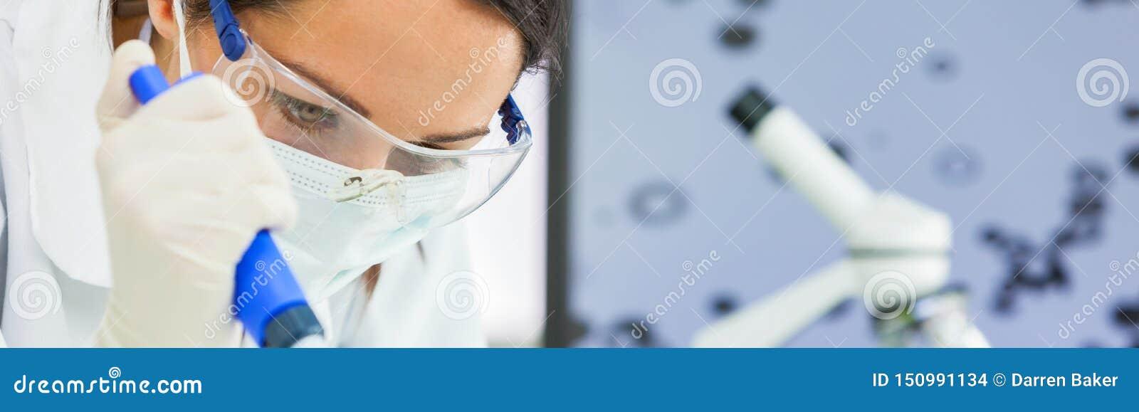 Panorama femenino del laboratorio de With Pipette In del científico de la investigación de la mujer
