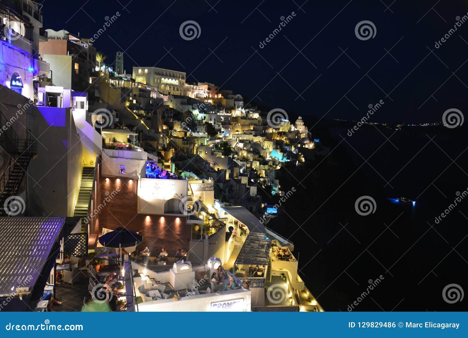 Panorama in Fira Santorini bij nacht