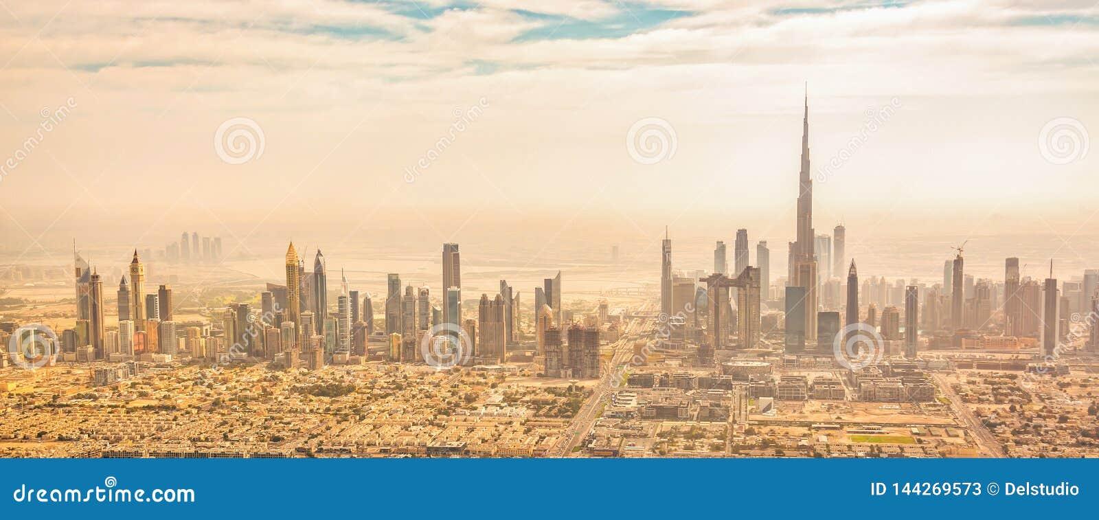 Panorama- flyg- sikt av Dubai horisont, UAE