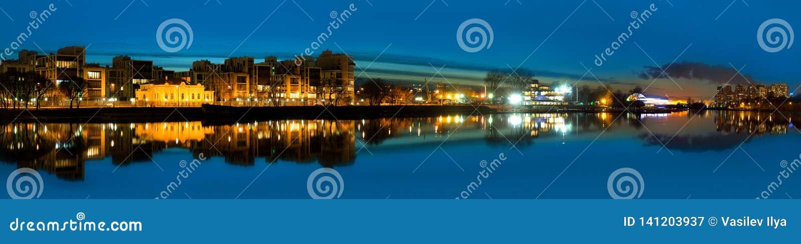 Panorama- foto för natt av floden och staden - den Neva floden och Stet Petersburg, rysk federation