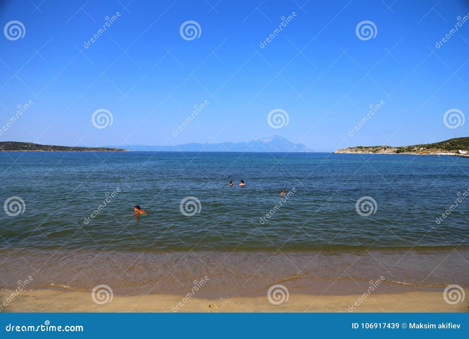 Panorama góry w odległości Sithonia Chalkidiki i plaża