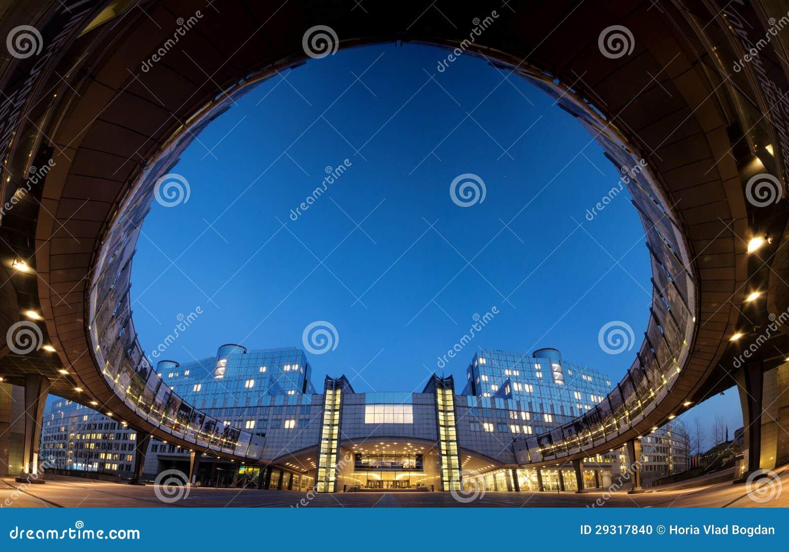 Panorama grand-angulaire superbe de la construction du Parlement européen à Bruxelles (Bruxelles), Belgique, par nuit