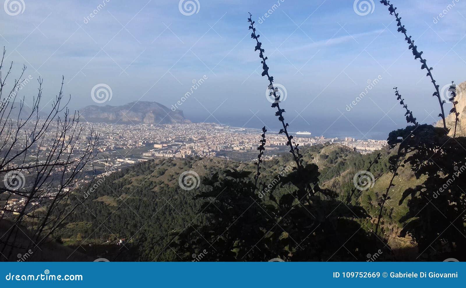 Panorama grande de Sicilia de una montaña