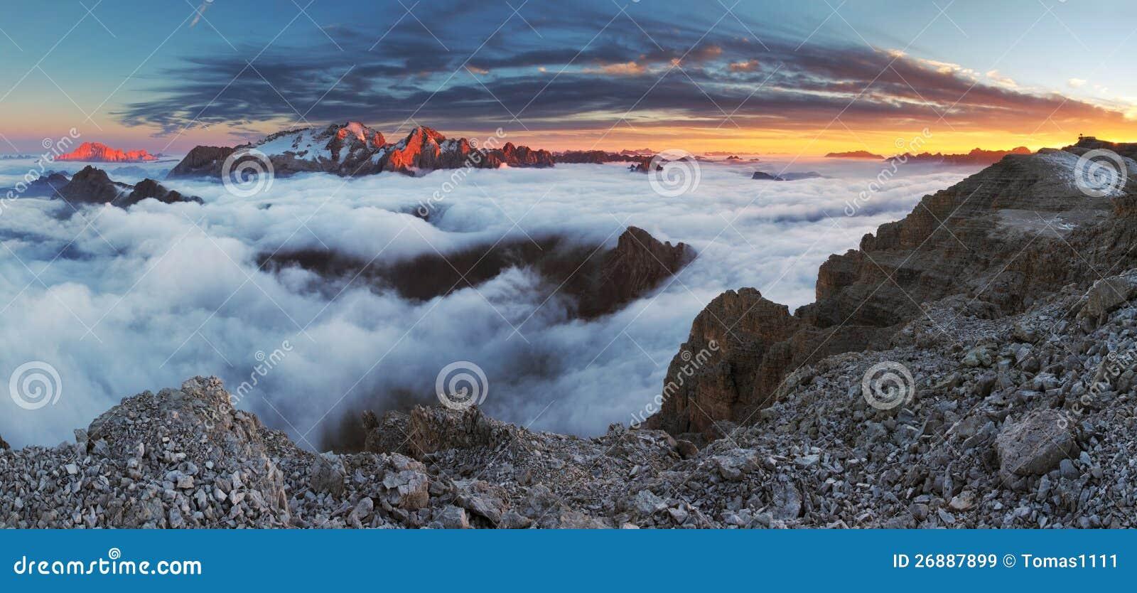 Panorama hermoso de la montaña en las dolomías de Italia