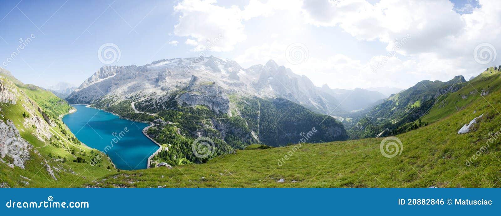 Panorama hermoso de la montaña - glaciar del marmolada