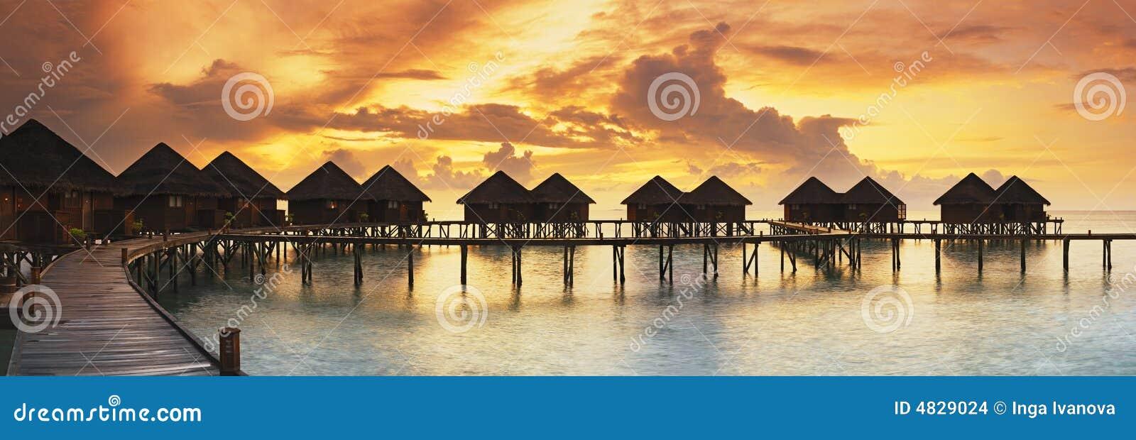 Panorama hermoso de la puesta del sol tropical