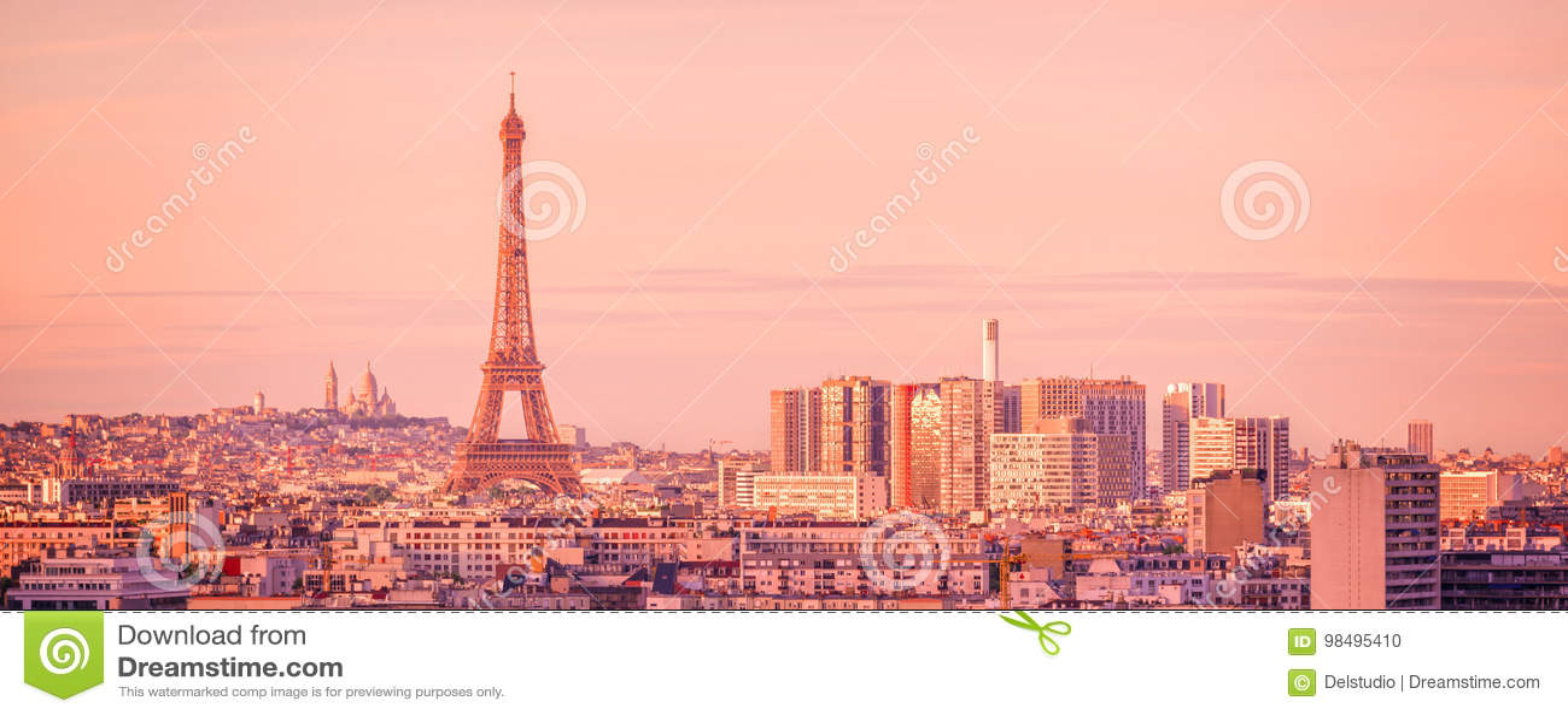 Panorama- horisont av Paris med Eiffeltorn på solnedgången, Montmartre i bakgrunden, Frankrike