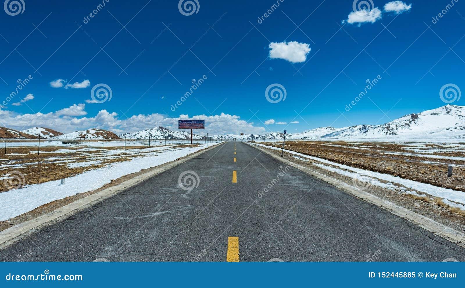 Panorama- landskap för Tibet huvudvägvinter