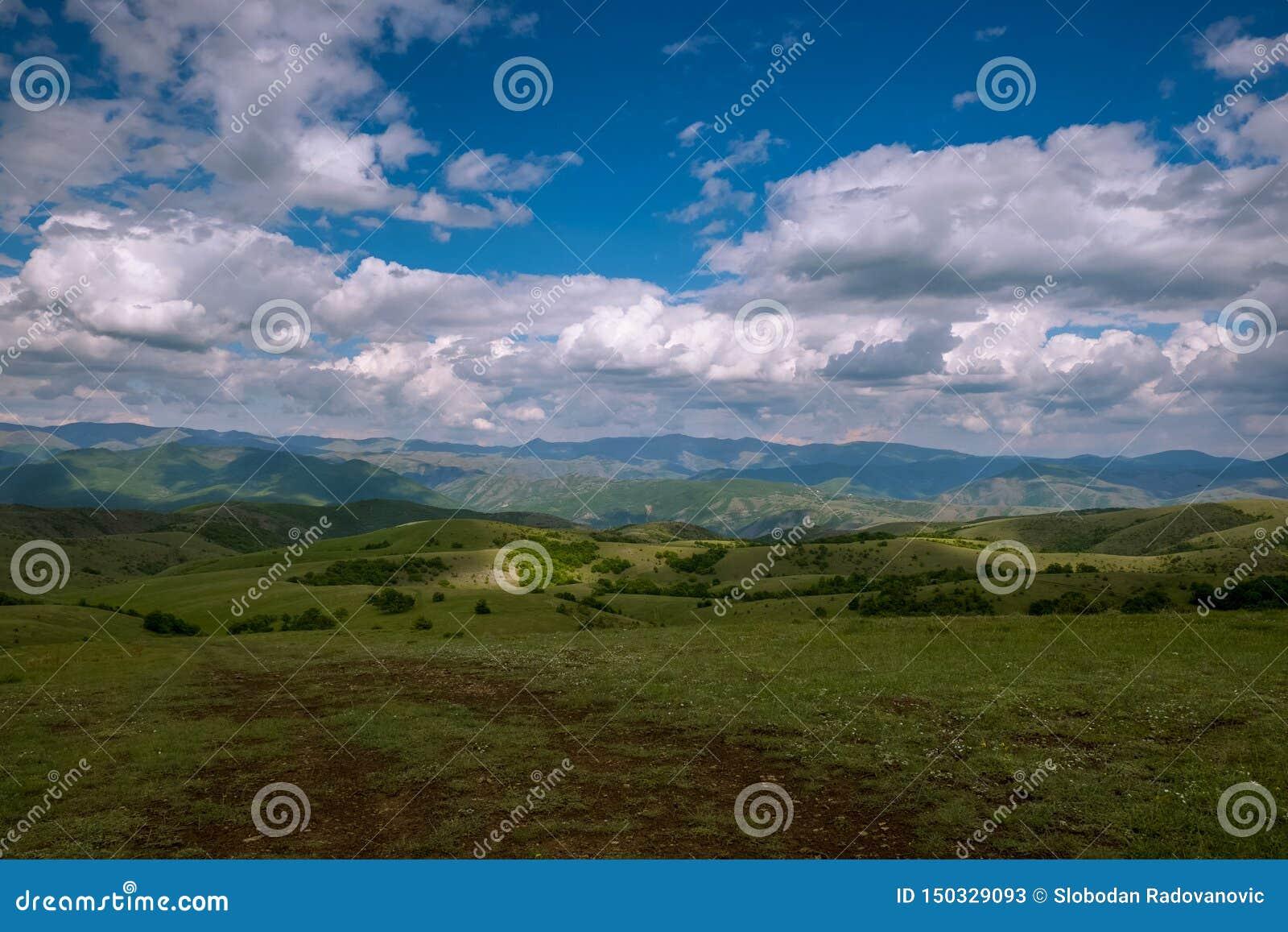 Panorama largo do campo com nuvens