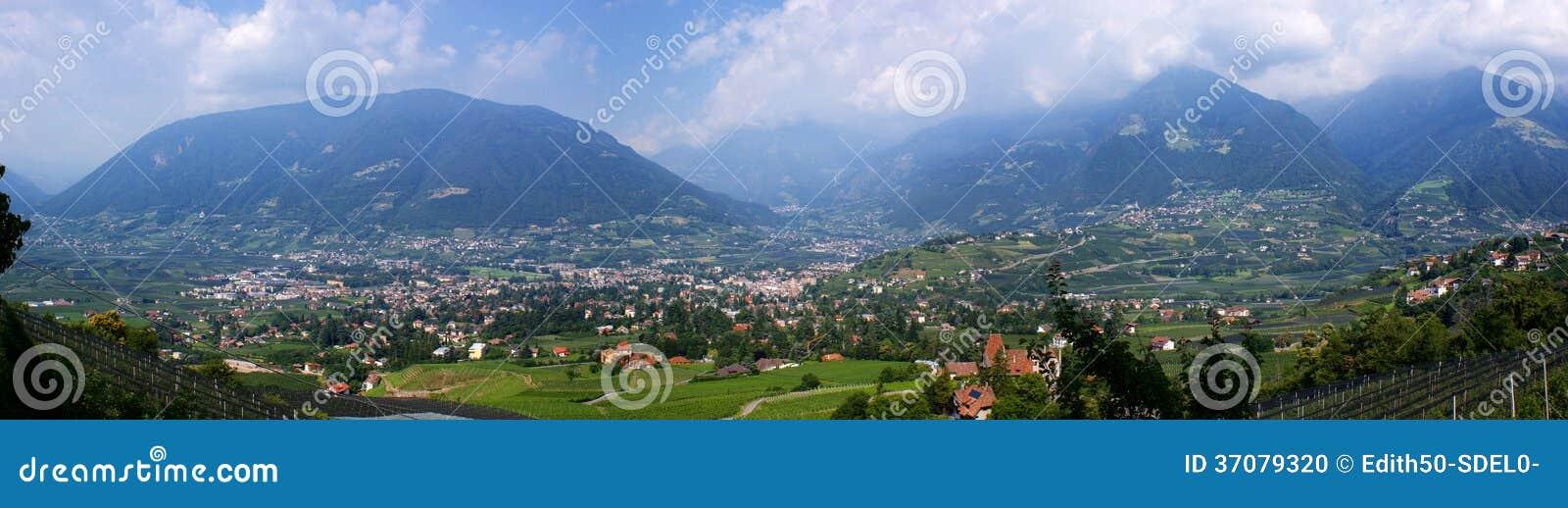 Download Panorama Merano W Południowym Tyrol Zdjęcie Stock - Obraz złożonej z fieldstone, pogodny: 37079320