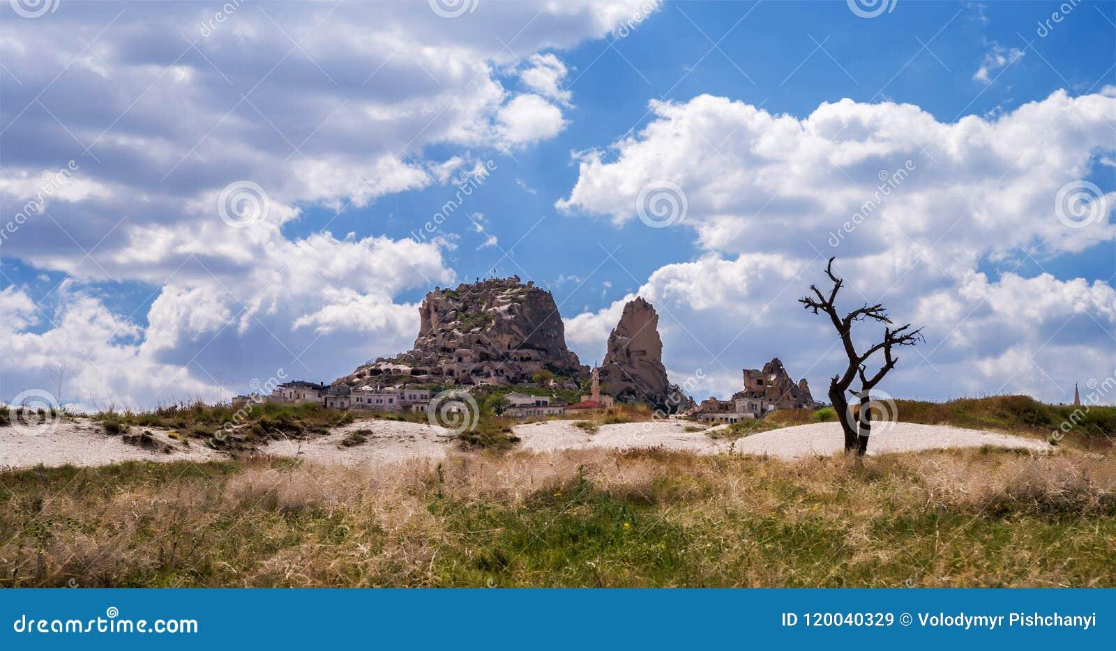 Panorama met Uchisar-kasteel en silhouet van een droge boom in Cappadocia, Turkije