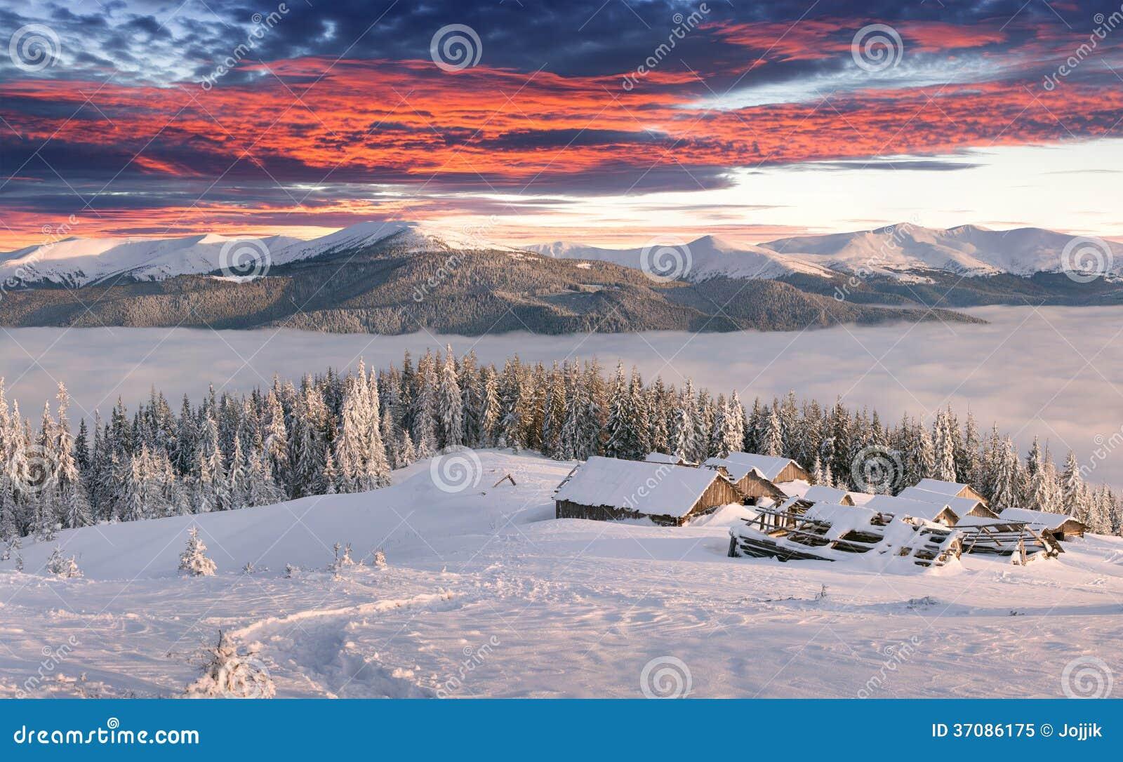 Download Panorama Mgłowy Zima Wschód Słońca W Górach Obraz Stock - Obraz złożonej z góra, średniogórza: 37086175