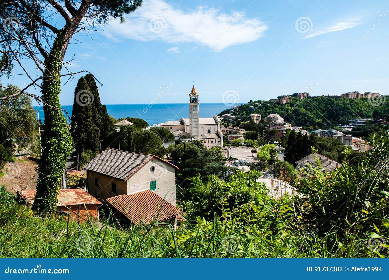 Panorama miasteczko Arenzano w Liguria i sławny kościelny ` Gesà ¹ Bambino Di Praga ` w tle