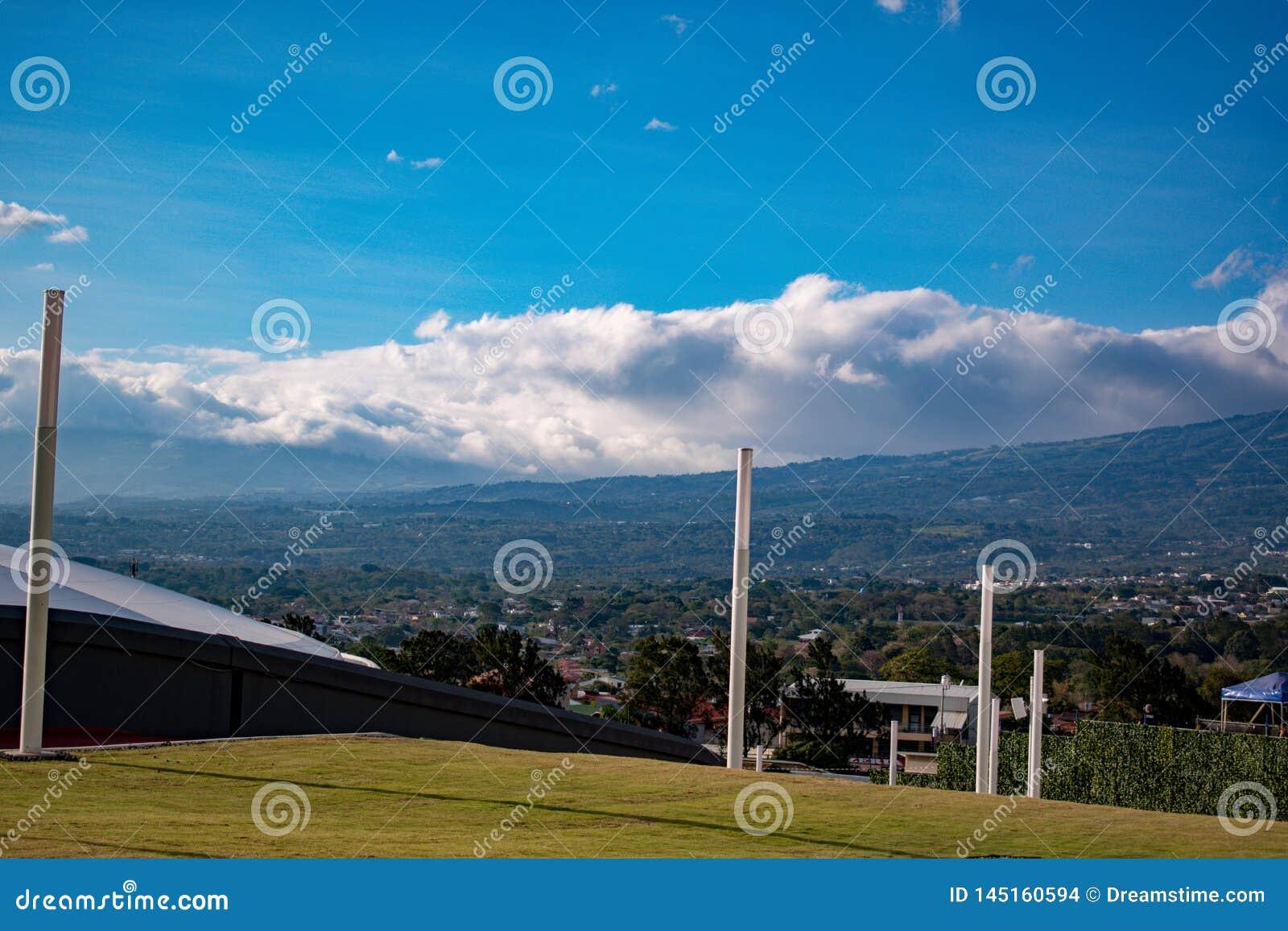 Panorama miasto z górami i niebem