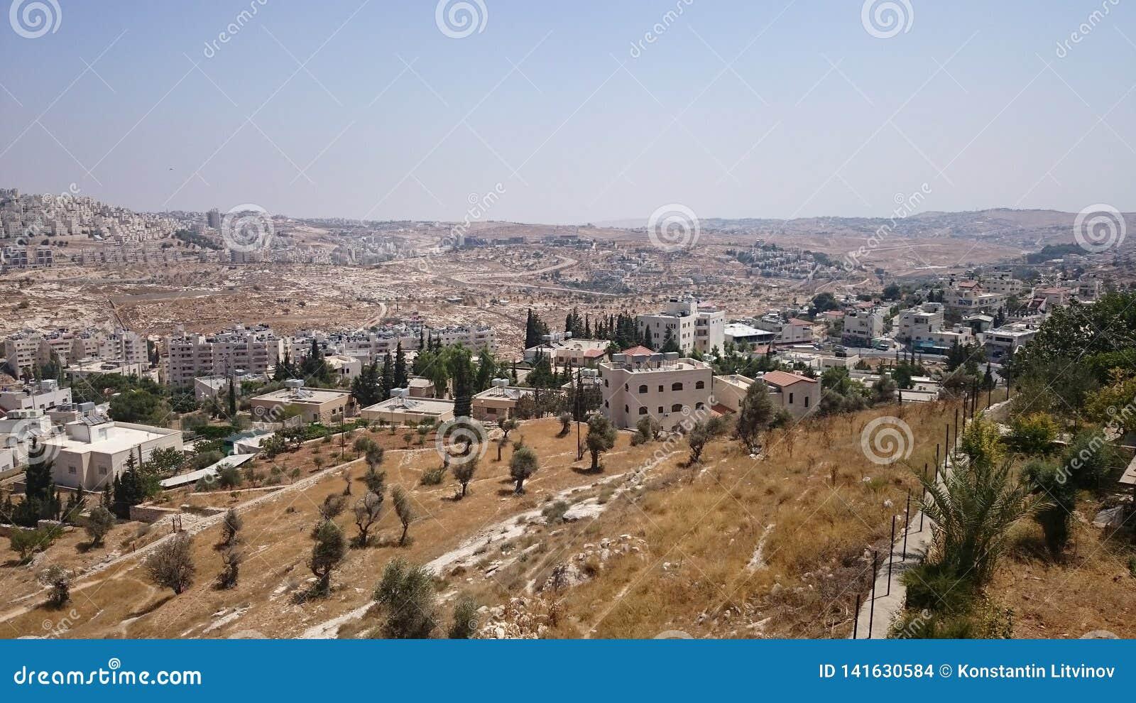 Panorama moderno de Jerusalén Arquitectura del apartamento y de los edificios de oficinas en el ciity santo Jerusalén