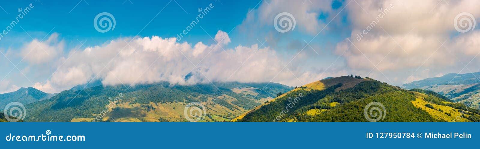 Panorama montanhoso maravilhoso no outono