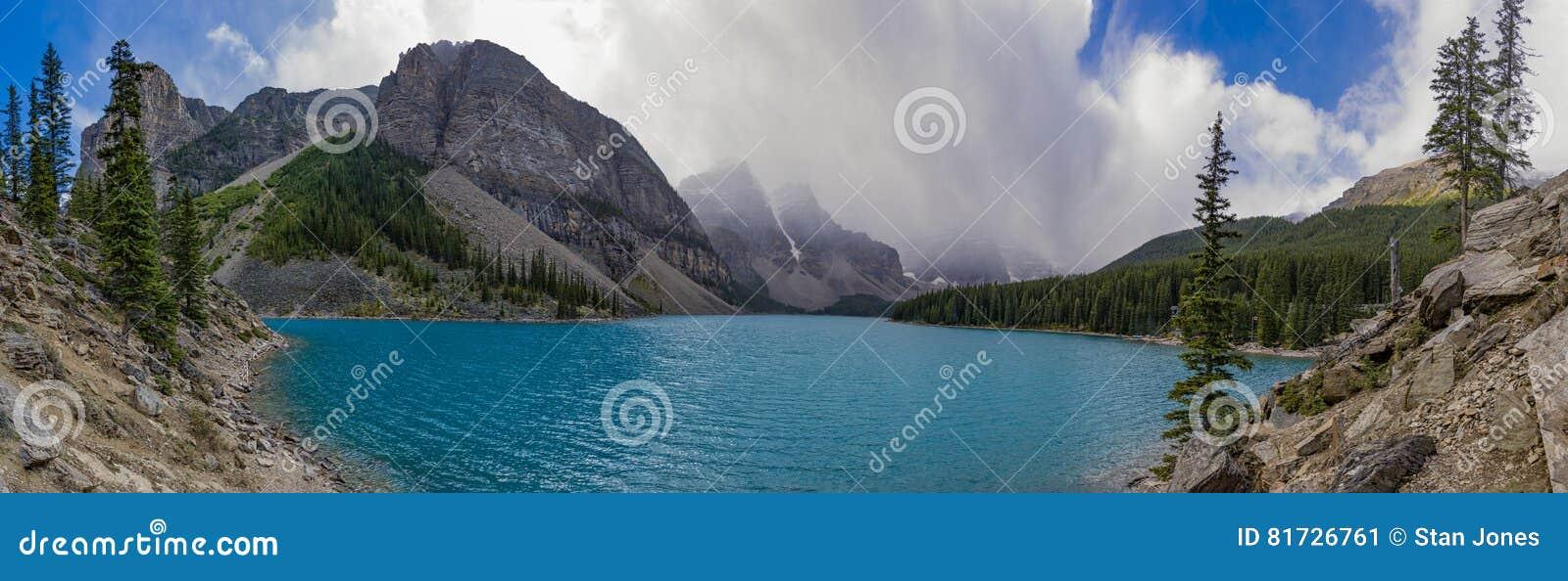 Panorama Morena jezioro w Banff parku narodowym Alberta Kanada