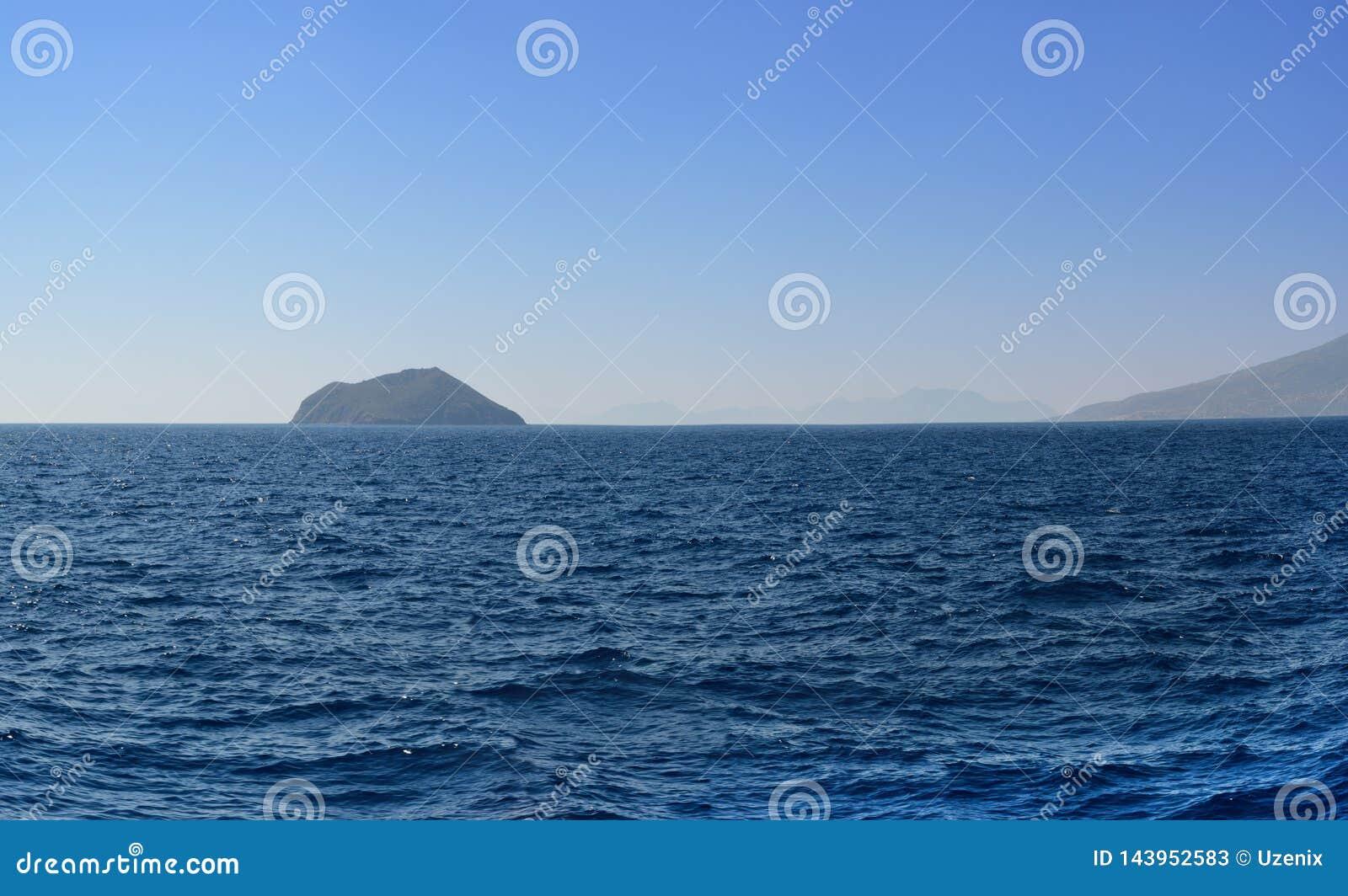 Panorama morze egejskie przegapia następne góry w lato wieczór po spadku i wyspy ja szy od cztery