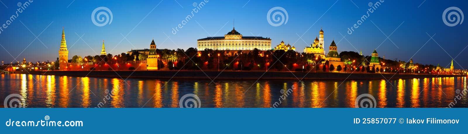 Panorama Moskwa Kremlin w noc. Rosja