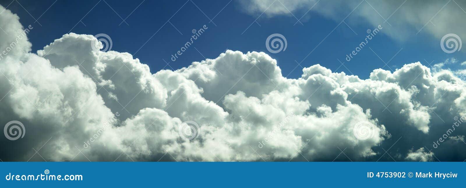 Panorama mullido blanco de las nubes