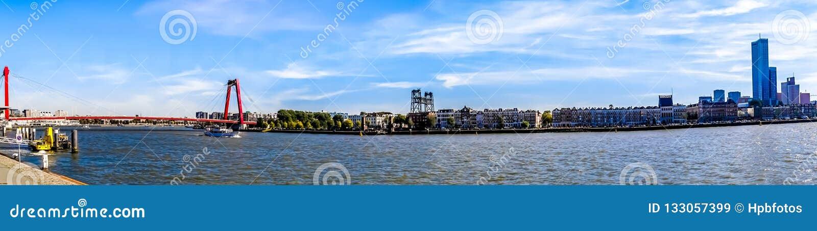 Panorama Nieuwe Maas rzeka z czerwonym kablem zostawał Willems most i historycznych domy na brzeg Noordereiland