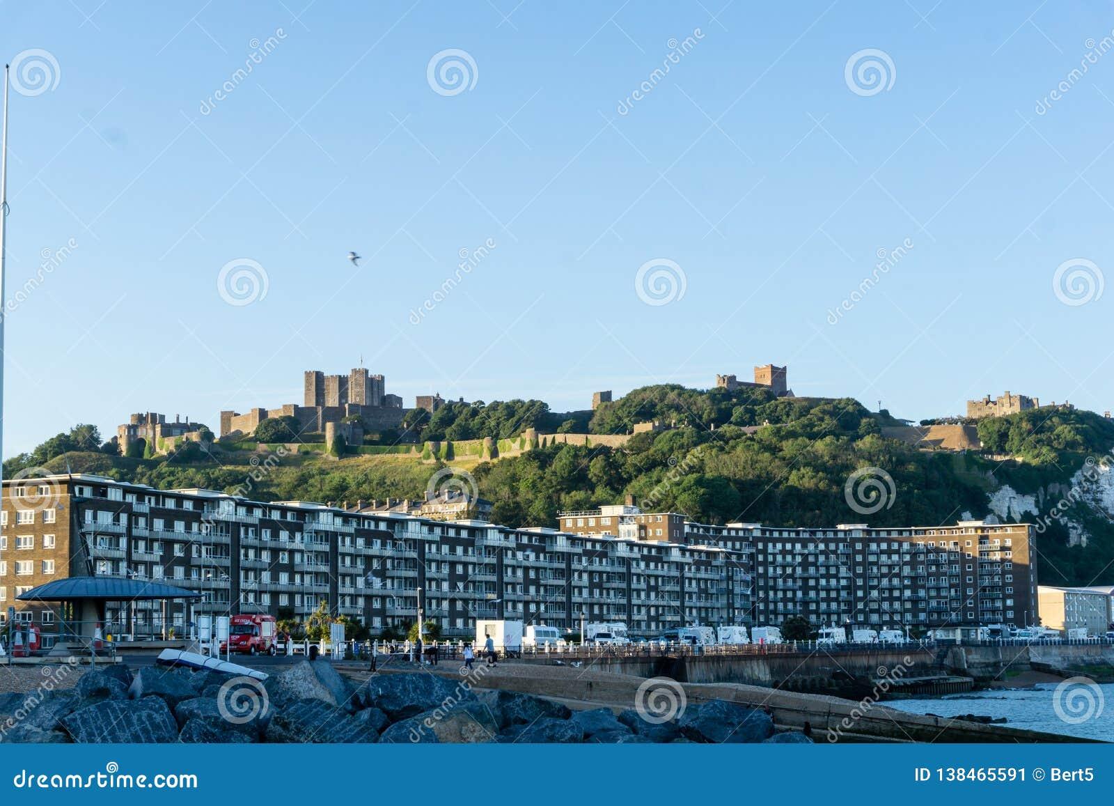 Panorama på stranden av Dover med slotten i bakgrunden, England