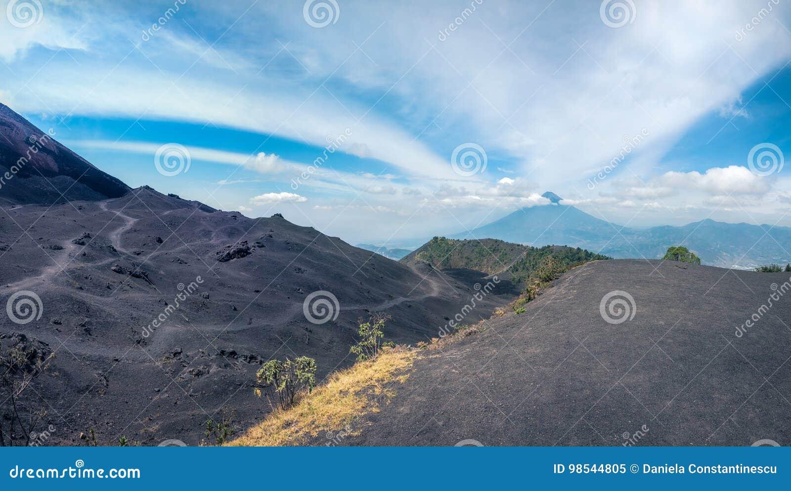 Panorama più basso di vista del cratere di Volcano Pacaya nel Guatemala