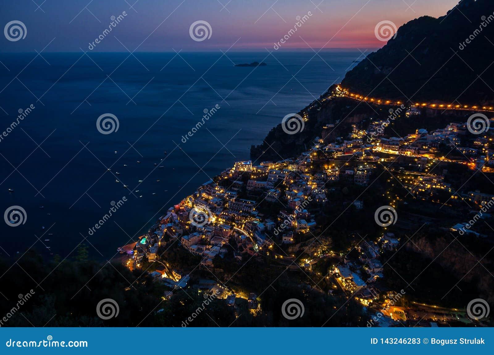 Panorama piękny miasteczko przybrzeżne - Positano Amalfi wybrzeżem w Włochy podczas zmierzchu, Positano, Włochy