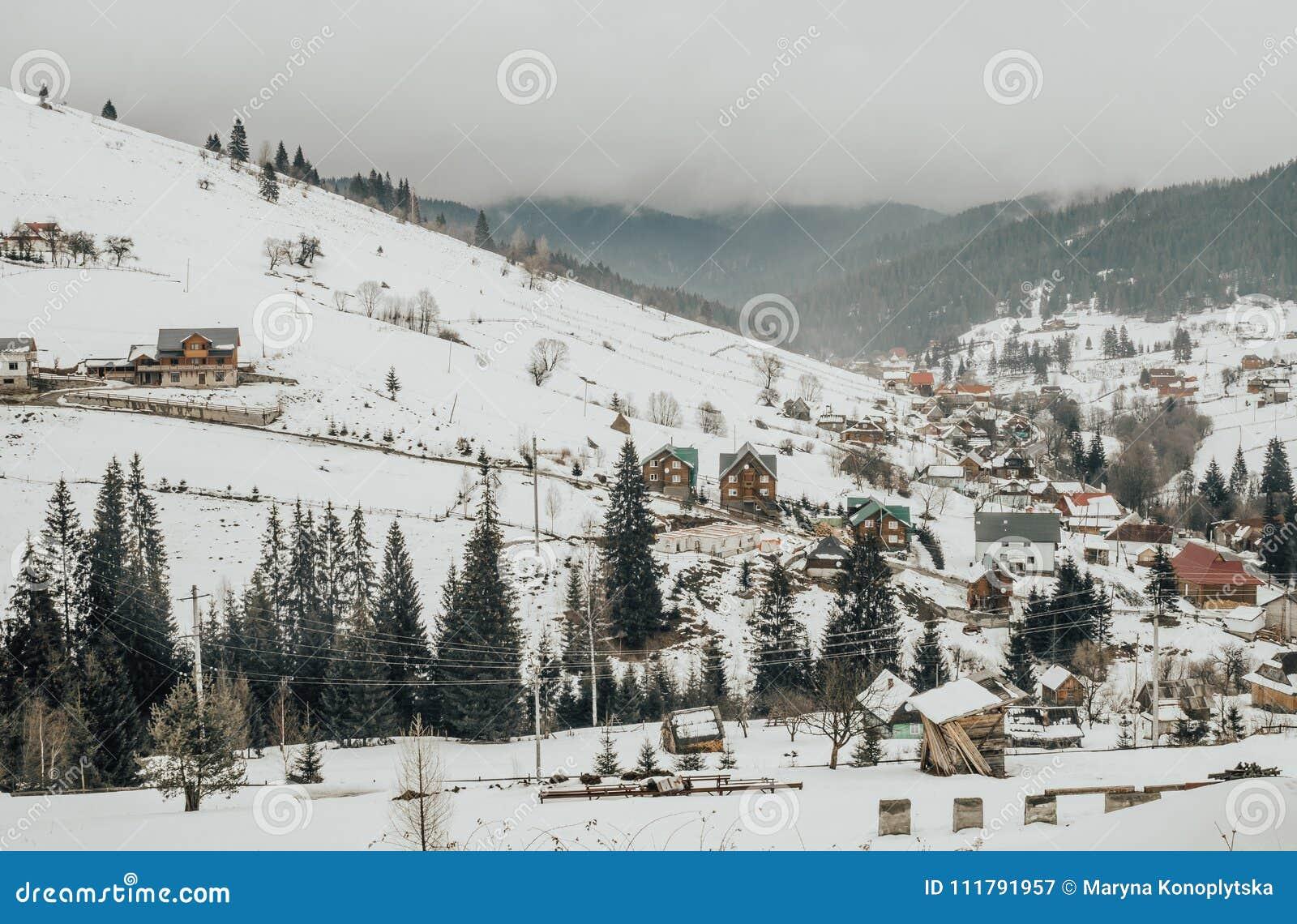 Panorama pittoresque d un village dans les montagnes carpathiennes en Europe de l Est Paysage rustique d hiver