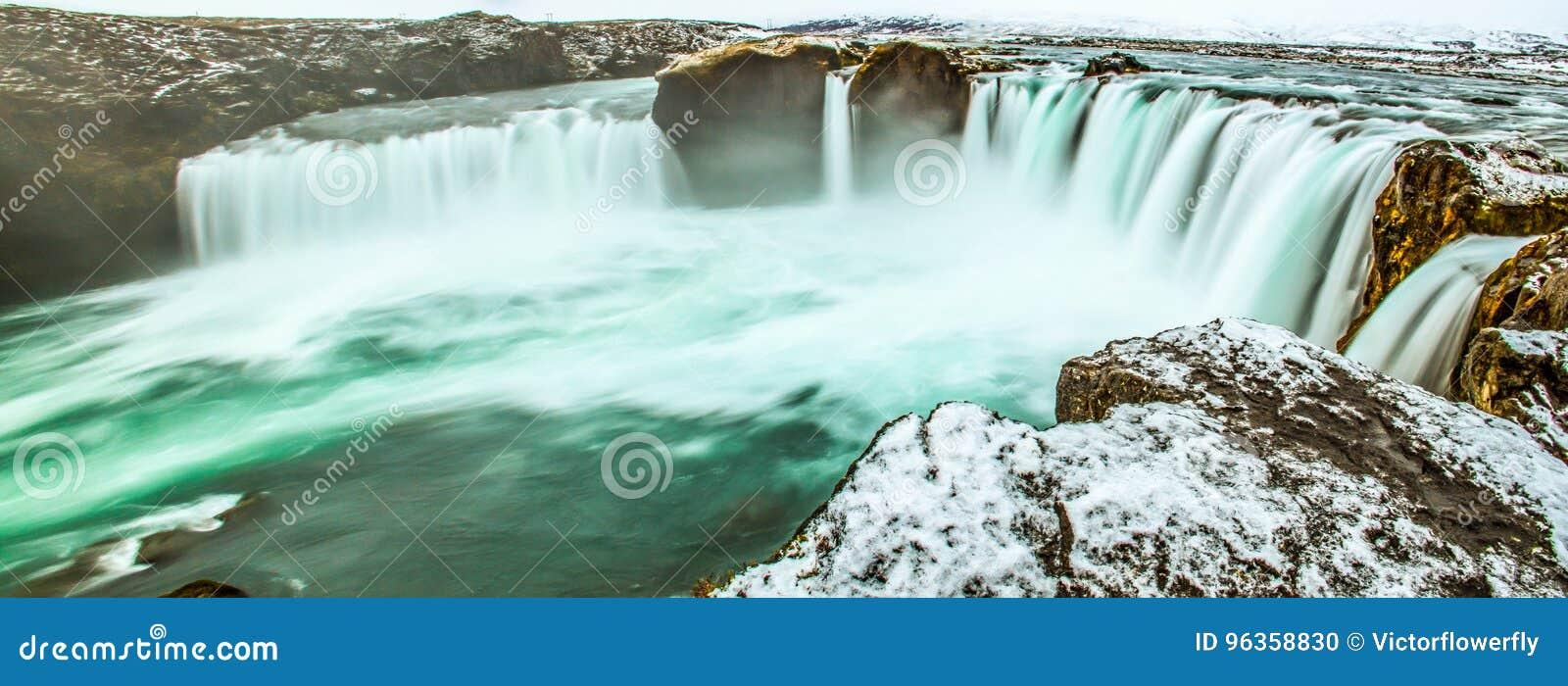 Panorama- plats för majestätisk vintermorgon på Godafossen, vattenfall av guden, Island, Europa Naturlig skönhet som bakgrund