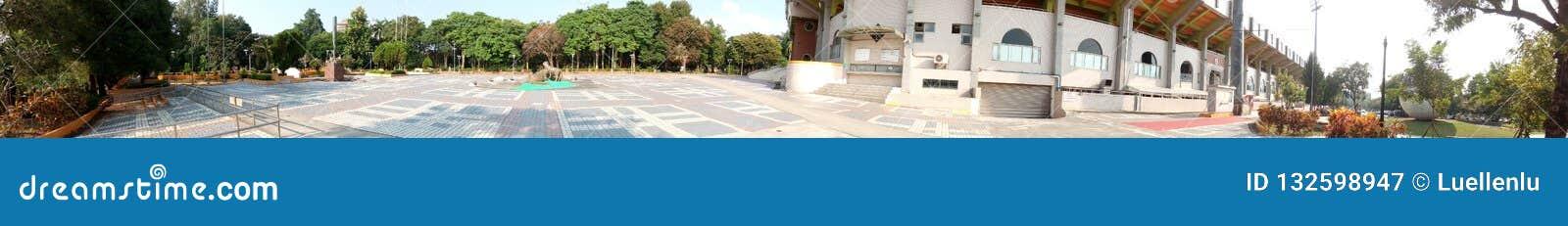 Panorama - plaza fuera del estadio de béisbol de la ciudad de Chiayi