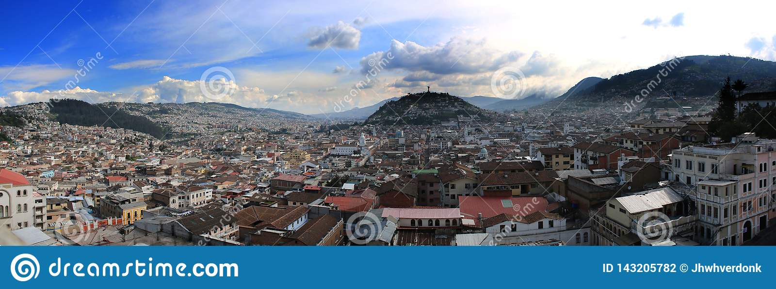 Panorama pokazuje drugi co do wielkości statuę Ameryka Południowa przy tłem z niebieskim niebem Quito