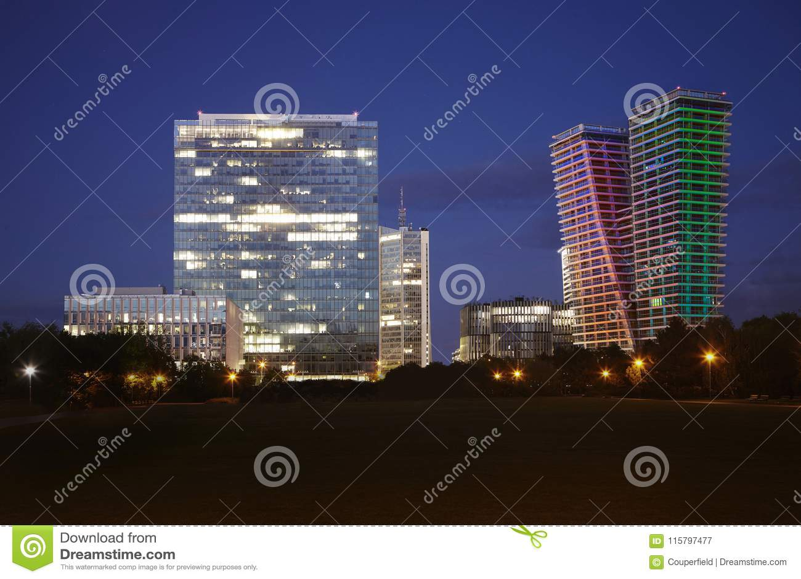 Panorama Praga linia horyzontu Pankrac śródmieście z kilka biznesowymi budynkami
