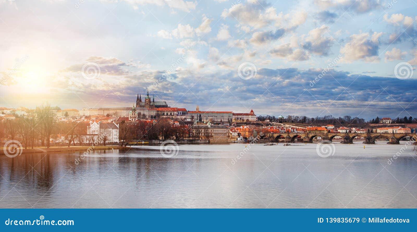 Panorama Prague Widok Charles Vltava w Praga republika czech i most Praga punkty zwrotni