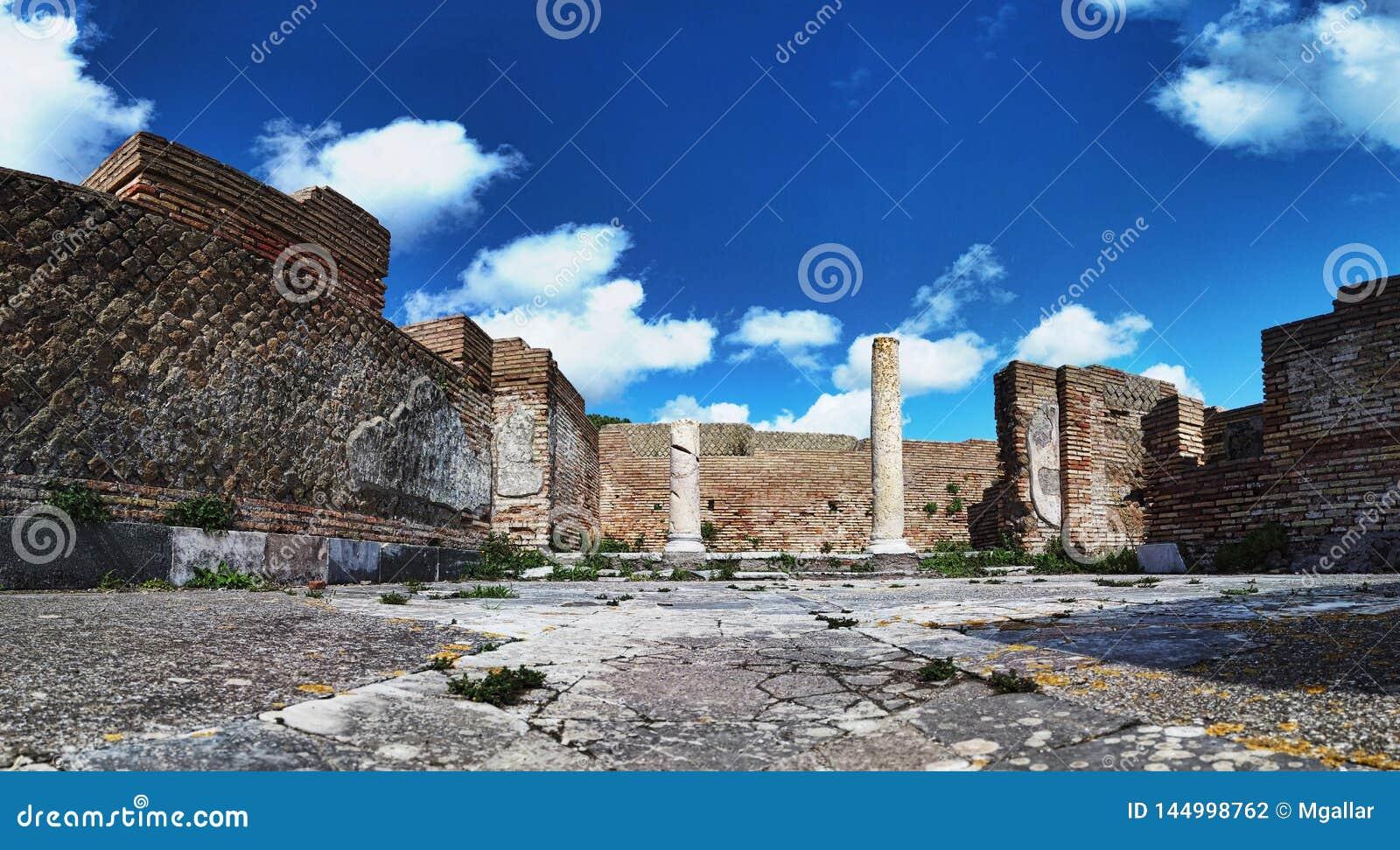 Panorama przy archeologicznymi ekskawacjami Ostia Antica piÄ™kna architektura z kolumnami i resztkami bruk